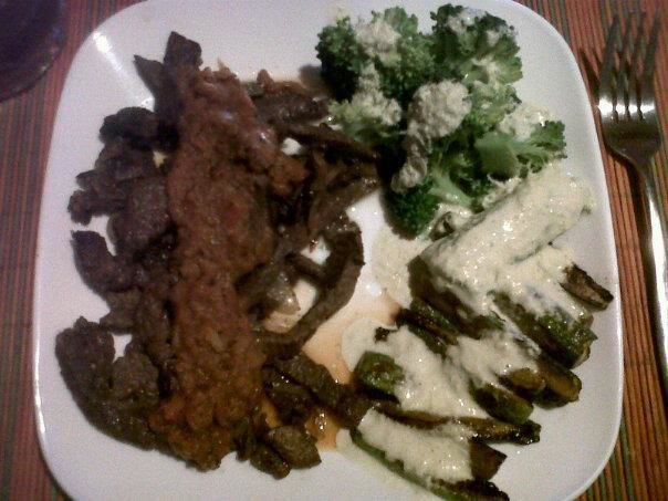 Fajitas 3 chiles con brocoli y calabacitas asadas con crema de apio