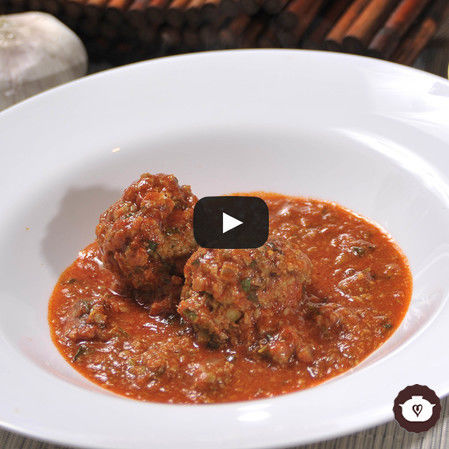 Albóndigas de lentejas en salsa de guajillo con nopales