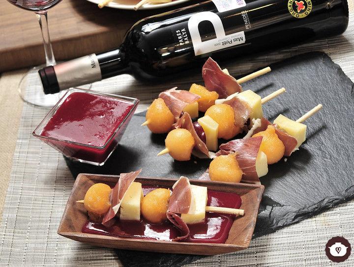 Brochetas de melón con jamón, queso y uvas