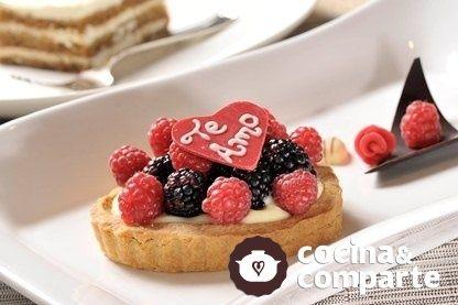 Tarta con crema pastelera y frutos rojos