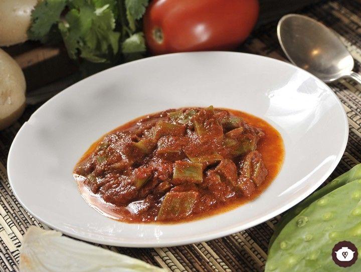 Nopales en salsa de chile colorado