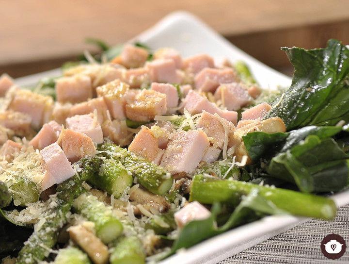 Ensalada de espinaca, champiñones y espárragos frescos