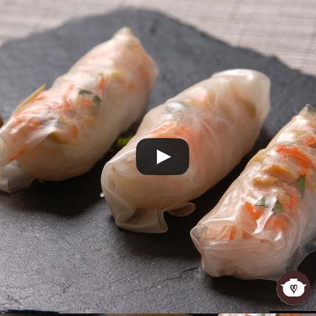 Rollos de verduras con fideos chinos y salsa de cacahuate