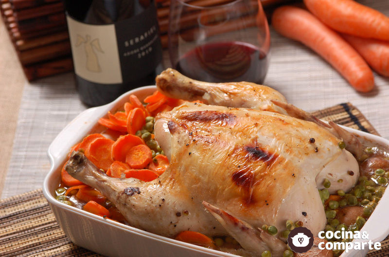 Pollo al horno con papa, chícharos y zanahorias