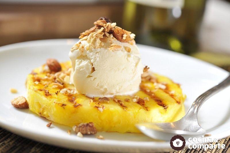 Piña asada con helado de vainilla y granola