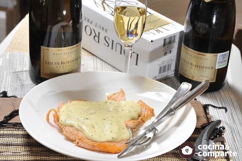 Filete de salmón con crema de mostaza y vino blanco
