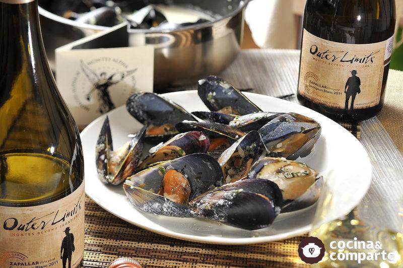 Mejillones al vino blanco con perejil y cebolla