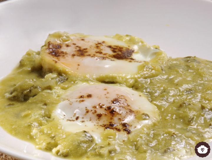 Huevos estrellados en salsa verde