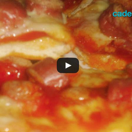 Pizza casera de jamón y salchicha