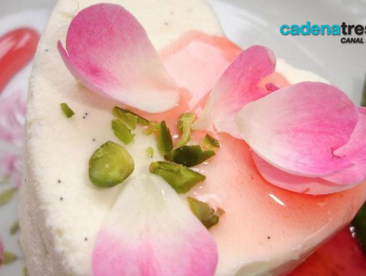Flan de pétalos de rosas, pistaches y frambuesas