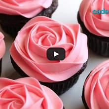 Cupcakes con betún de queso crema al limón y flores