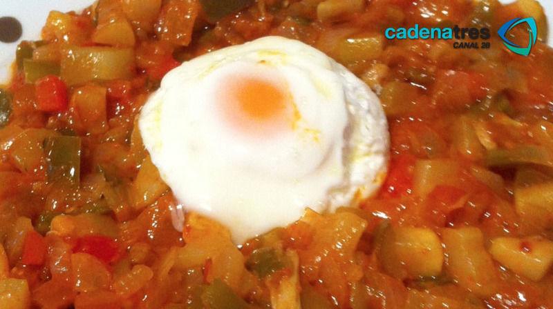 Huevos pochados en salsa de tomate