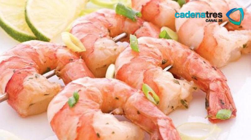 Brochetas de camarón con tzatziki, espinacas y feta