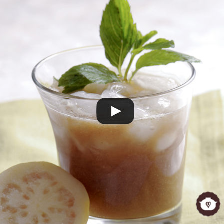 Agua de guayaba con limón y hierbabuena