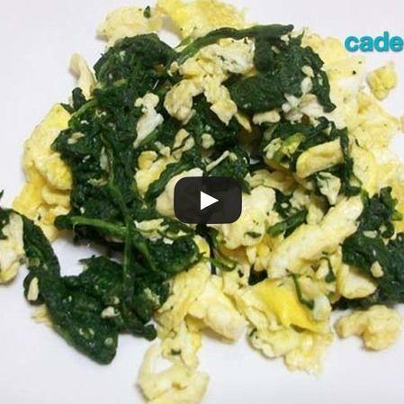 Huevos revueltos con espinacas y parmesano