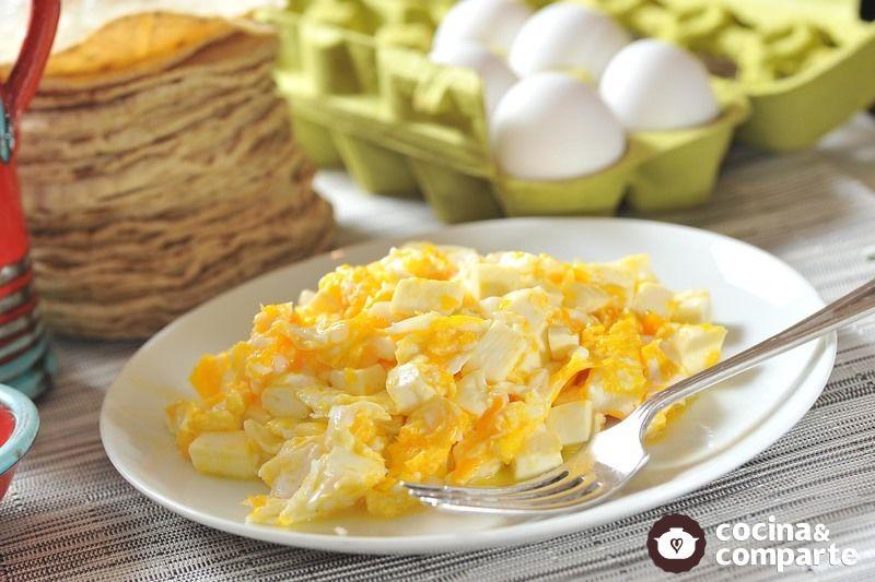 Huevos revueltos con queso panela