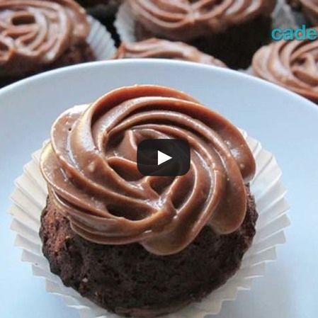 Pastelitos de chocolate con salsa de flan de café