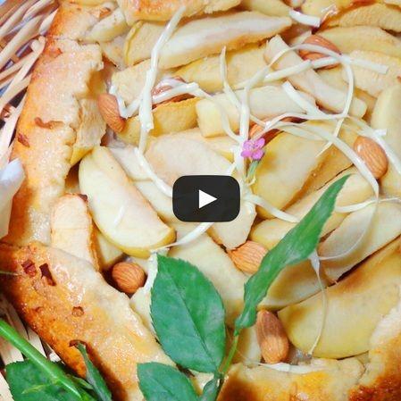 Crostata de manzanas y pétalos de rosa