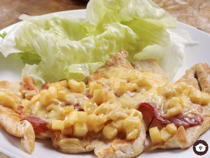 Pechugas de pollo con tocino, queso y manzana