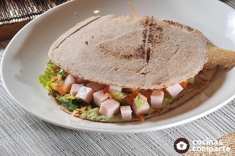 Sándwich de pan pita con aguacate