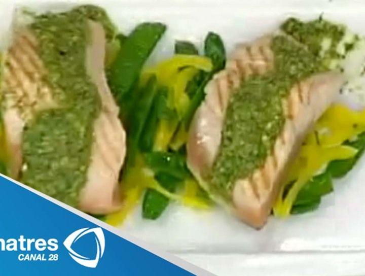 Lonchas de salmón con pesto de pistache y cama de pimientos
