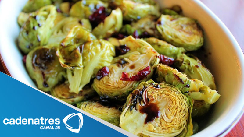 Coles de bruselas con aderezo de semilla de mostaza y nueces glaseadas