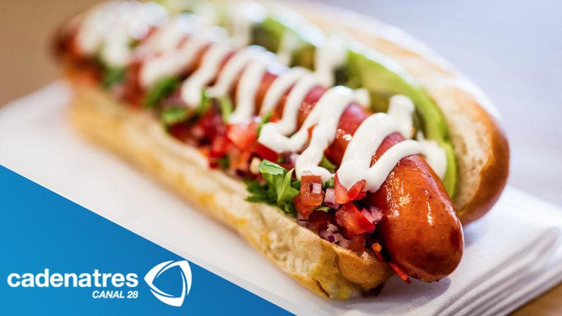 Hot dogs con chutney de mango y relish de cebolla morada.