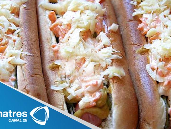 Hot dogs con queso cheddar, manzanas y poros braseados