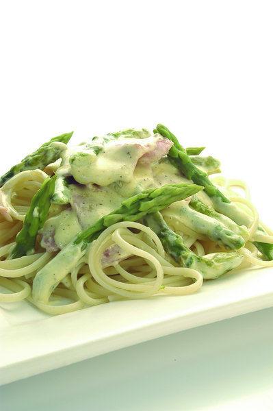 Spaghetti con Espárragos y Jamón a la Crema