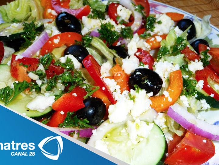 Ensalada griega con pasta y frijoles negros