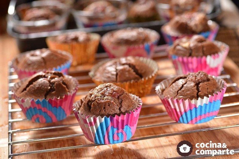 Cupcakes de chocolate rellenos de frambuesa y chocolate blanco
