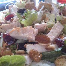 Ensalada de lechuga con pollo y frutos secos