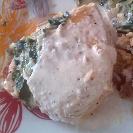 Pechugas rellenas de queso crema y espinacas en salsa de almendras