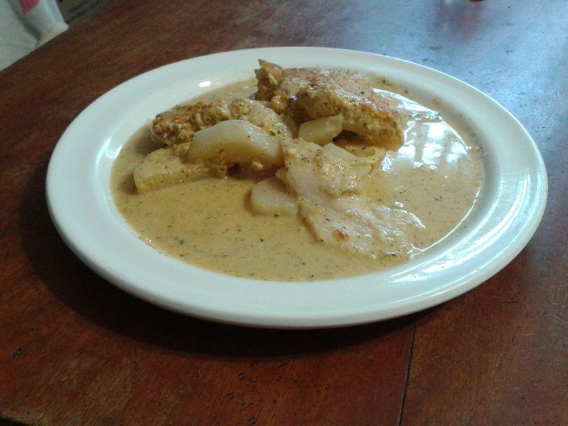 Filete de pescado en sofrito de jitomate y albahaca a la crema