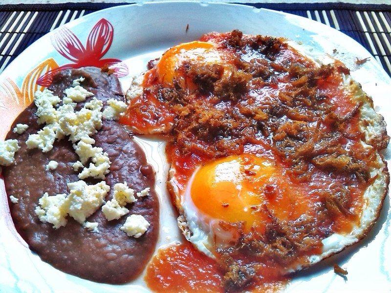 Huevos con salsa de machacado
