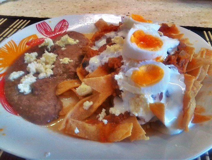 Chilaquiles con huevo y machacado