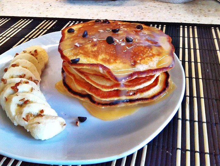 Hotcakes con plátano, chocolate y nuez