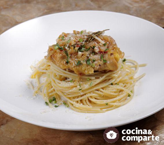 Pollo al ajo y espagueti