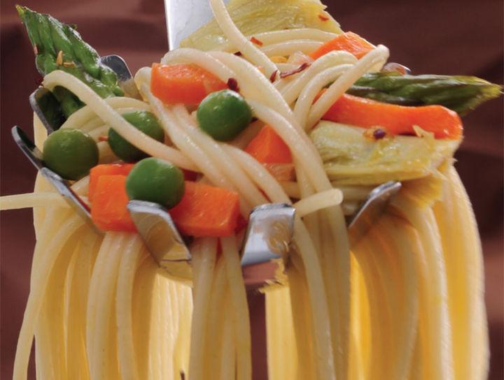 Cascada de spaghetti y hortalizas en oliva