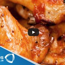 Alitas de pollo pegajosas con ajonjolí