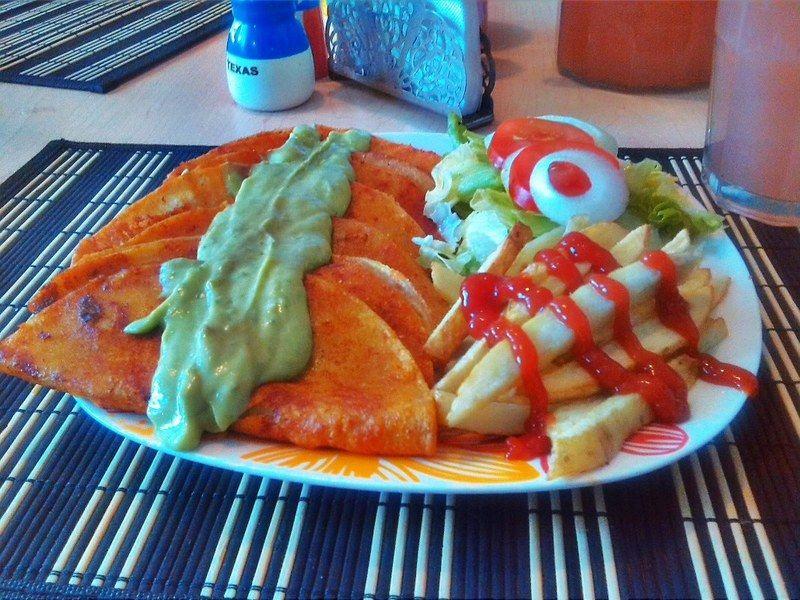 Enchiladas rojas de deshebrada con salsa de aguacate