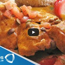 Pollo al grill con mole de calabaza