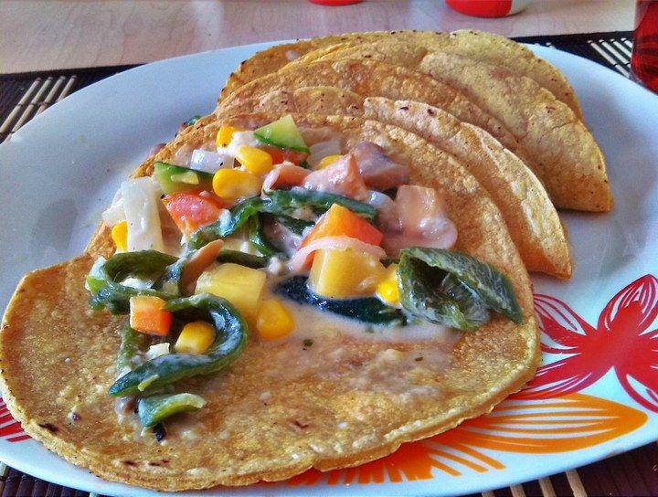 Tacos de verduras con crema y queso