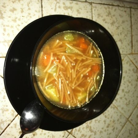 Sopa de fideo con verduras