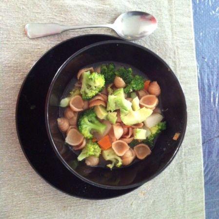 Sopa de concha con aguacate y brócoli
