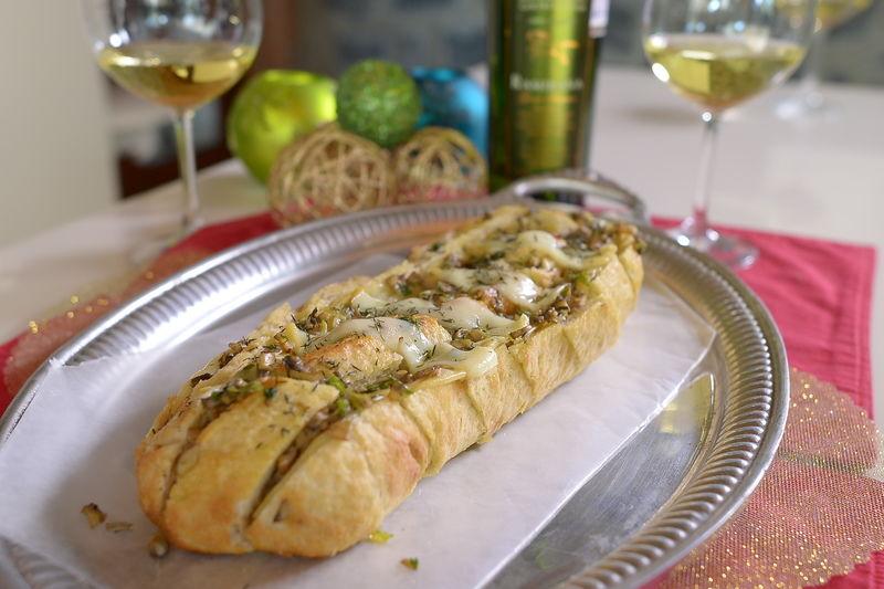 Pan relleno con queso provolone y salsa de hongos