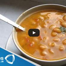 Sopa de tomate con alubias y pesto