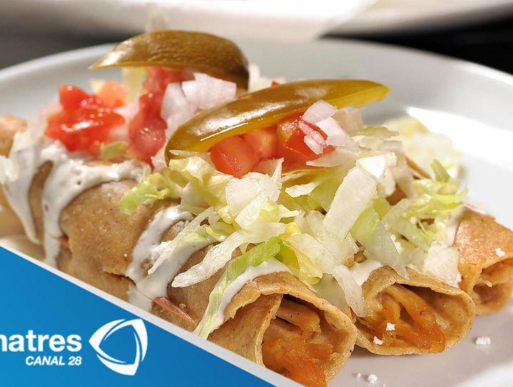 Tacos de pollo con chile y salsa de crema de chipotle