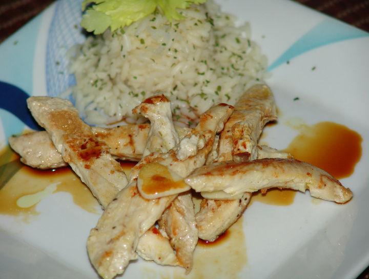 Tiras de pollo con salsa agridulce y arroz pilaf