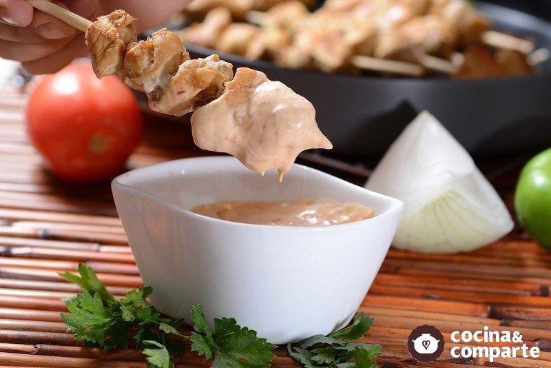 Brochetas de pollo con salsa de chipotle